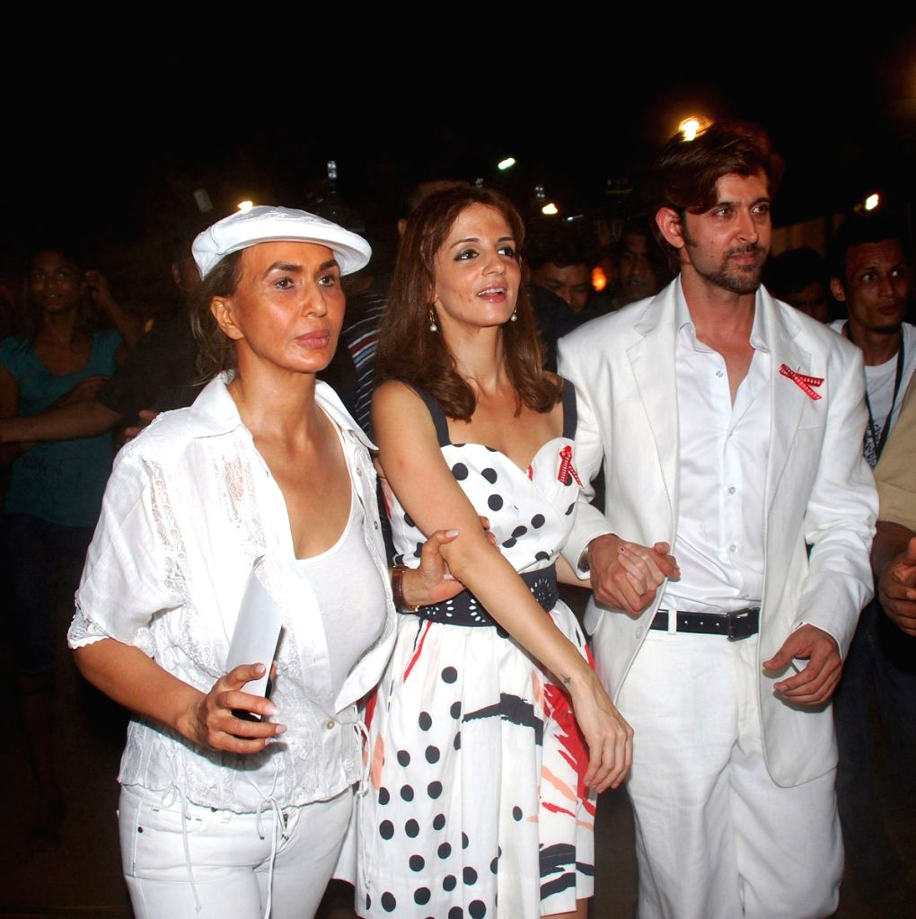 Hrithik Roshan with wife Suzanne Roshan and Parmeshwar Godrej at the 26th International AIDS candlelight memorial to pay tribute to to AIDS Heroes. - Suzanne Roshan