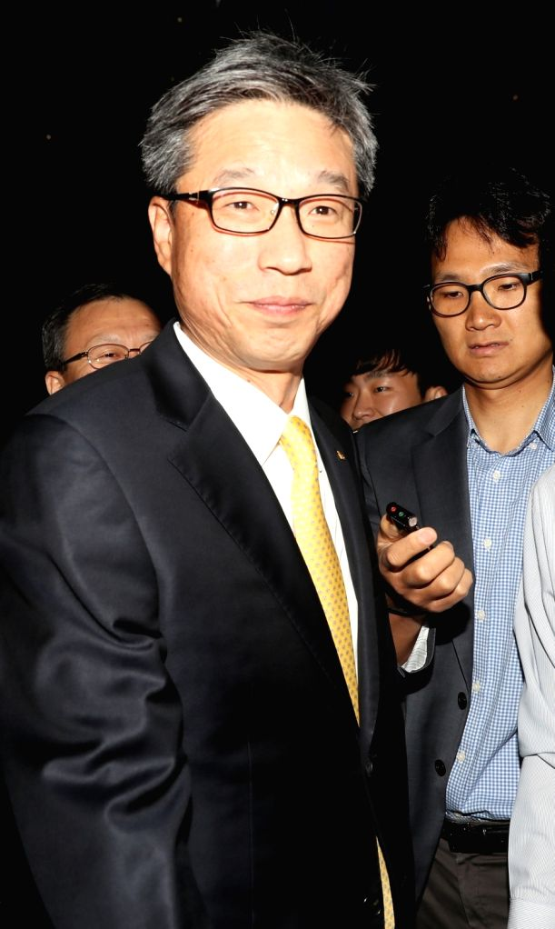 Hur Yin, who has been tapped as KB Kookmin Bank's new CEO, is surrounded by journalists on his way to his office at the lender's headquarters in Seoul on Oct. 12, 2017.