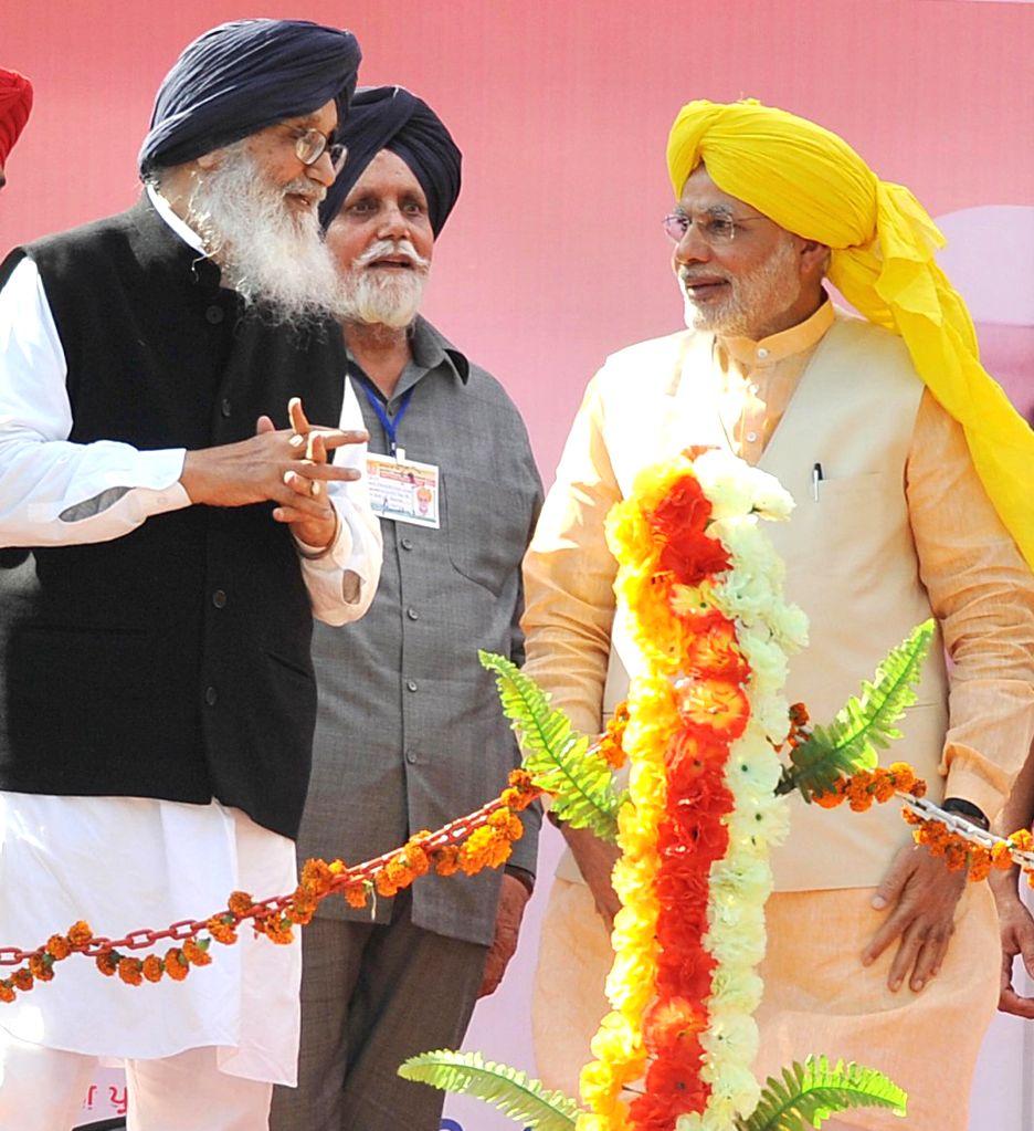 Prime Minister Narendra Modi and Punjab Chief Minister Parkash Singh Badal at National Martyrs Memorial in Hussainiwala of Punjab's Firozpur on March 23, 2015. - Narendra Modi and Parkash Singh Badal