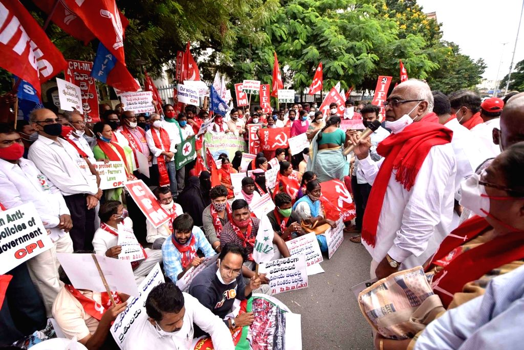 Hyderabad: All-India Kisan Sangharsh Struggle Co Ordination Committee protests against the three contentious agriculture-related Bills that have led to agitation by farmers in many states, at Aayakar Bhavan in Hyderabad on Sep 25, 2020. (Photo: IANS)