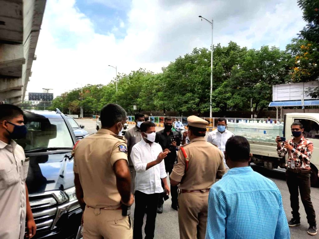 Hyderabad : Congress mp mr Reventh Reddy car stop by police Reventh Reddy  congress Relife distributing work in Hyderabad at Gandhi Hospital on Sunday, 16 May, 2021. - Reventh Reddy
