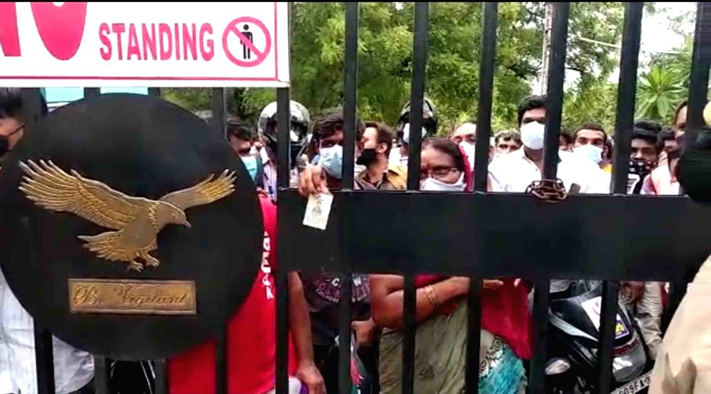 Hyderabad :  Hyderabad police  detained several persons inclouding womens  who were found moving on roads without valid passes Dozens of lockdown violators including women were taken into custody on ...