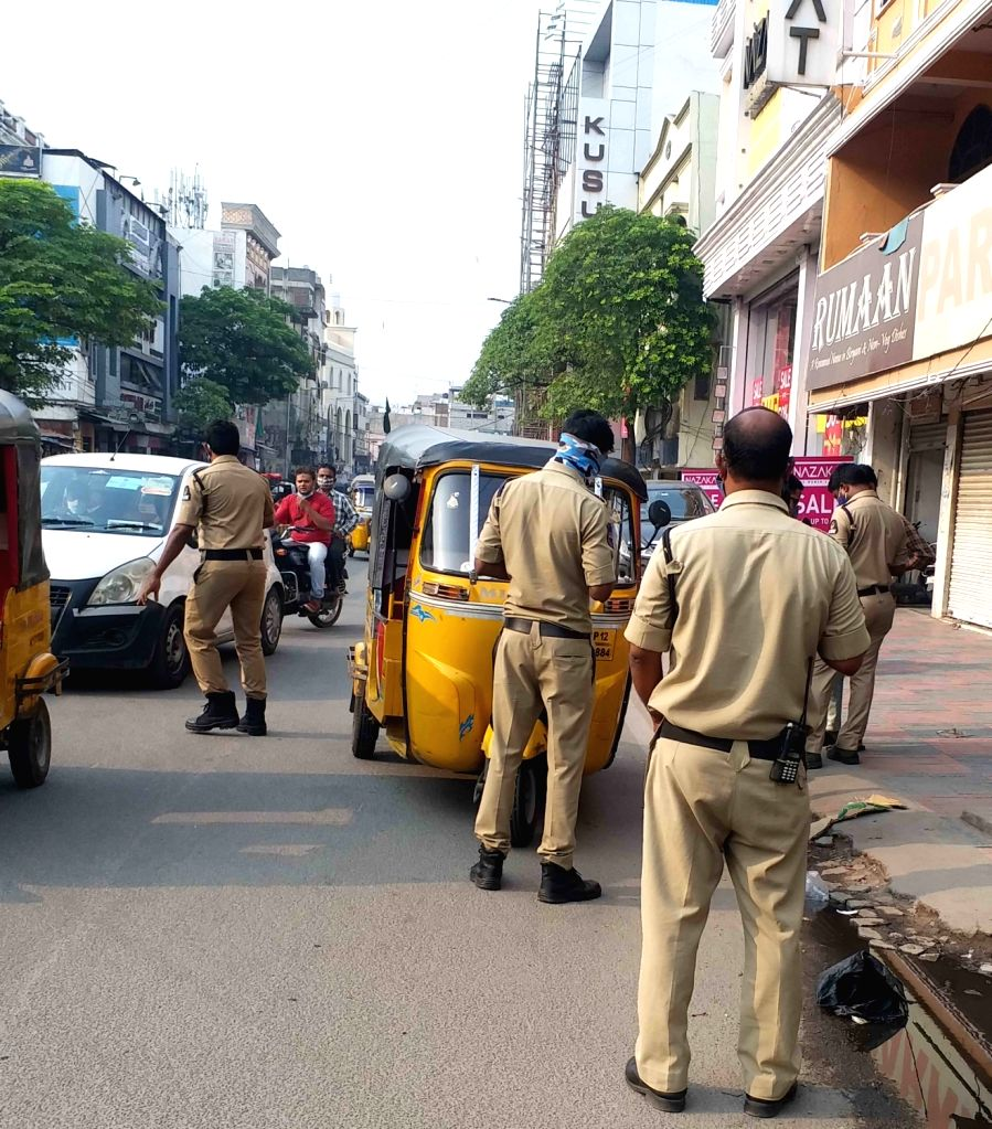 Hyderabad : Hyderabad police personnels Caught no Mask Raider at Khilwath Road old city Hyderabad  on 18th April .