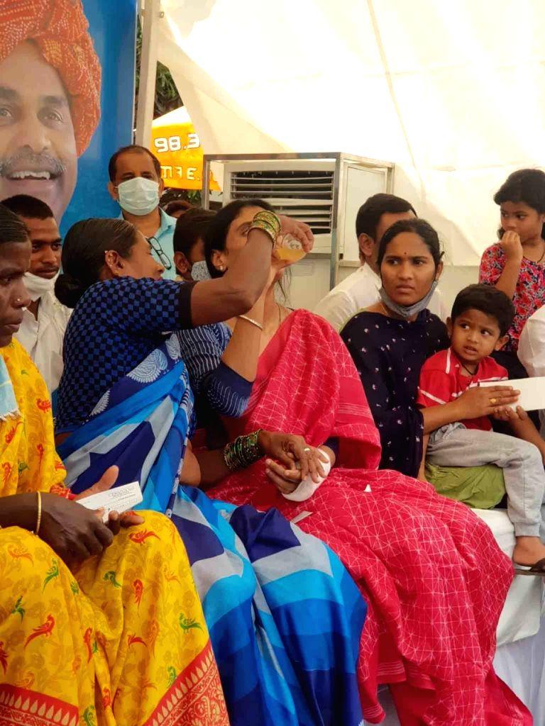 Hyderabad : Three day's fast  end  by  drink of lemon Y.S. Sharmila, daughter of former (united) Andhra Pradesh Chief Minister late Y.S Rajasehkara Reddy  on 18th April. - S Rajasehkara Reddy