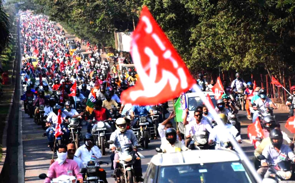 Hyderabad: Visakhapatnam Steel Plant staff launch massive protest against privatisation on 5th February 2021  (Photo: snapsindia/IANS)
