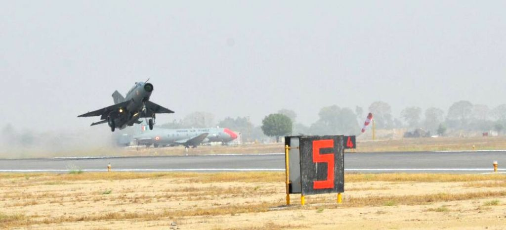 "IAF chief B.S. Dhanoa flies a MiG-21 at Air Force station in Bhisiana of Punjab's Bhatinda, ""to honour the valour and supreme sacrifice of Kargil martyrs"" on May 27, 2017."