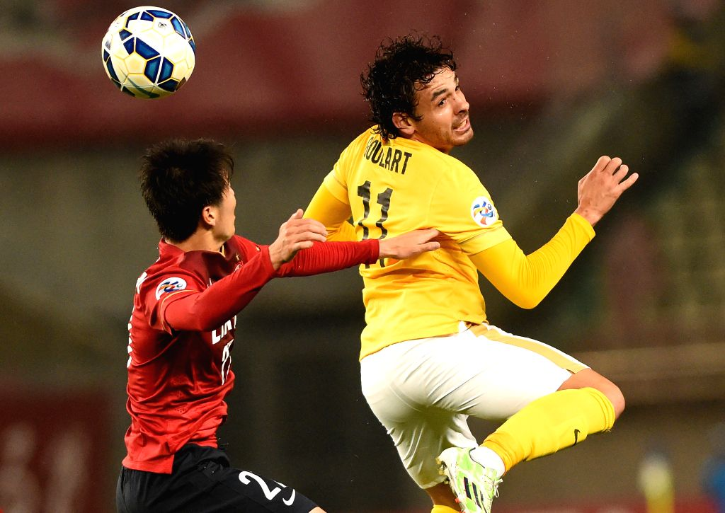 Goulart (R) of China's Guangzhou Evergrande heads the ball with Daigo Nish of Japan's Kashima Antlers during their group H match at the 2015 AFC Champions League in ...