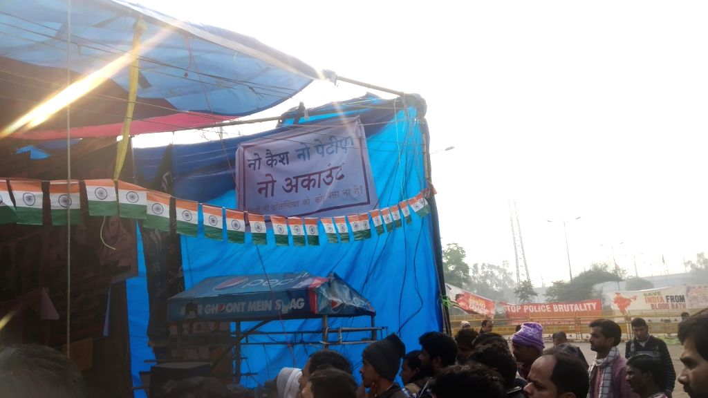 In response to the viral video, people have posted posters of no cash, no paytm in Shaheen Bagh.