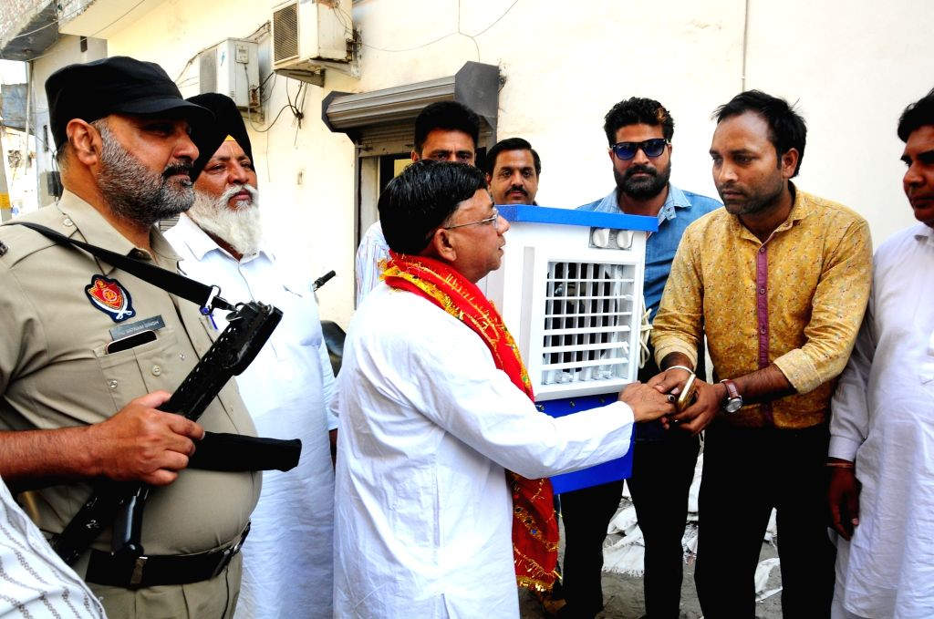 Independent Lok Sabha candidate from Amritsar, B.K. Sharma campaigns with his election symbol - an air cooler, ahead of the 2019 Lok Sabha elections in Amritsar on May 3, 2019. - K. Sharma