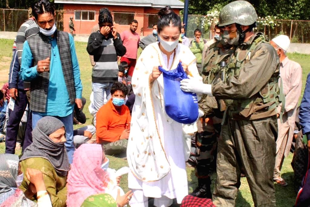 Indian Army and Rouble Nagi Art Foundation join hands to feed people in J&K.(photo:India Narrative)