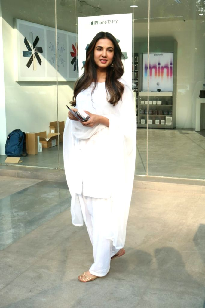 Indian Fashion Model Sonal Chauhan Snapped In Juhu  on  25 jan 2021. - Sonal Chauhan Snapped I