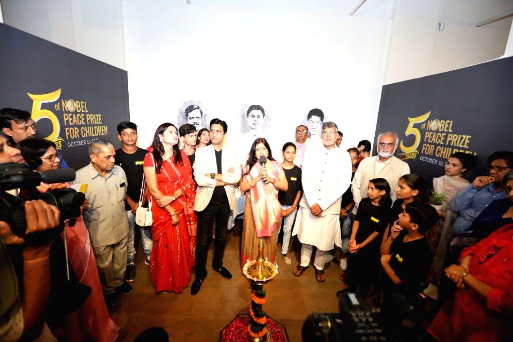 Indian poet Kumar Vishwas, folk singer Malini Awasthi, Nobel Laureate and children's rights activist Kailash Satyarthi and Indira Gandhi National Centre for the Arts (IGNCA) Member ... - Kailash Satyarthi and Secretary Sachidanand Joshi