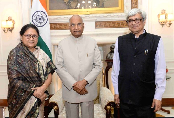 Indian Statistical Institute (ISI), Kolkata President Bibek Debroy and Director, Prof. Sanghamitra Bandyopadhyay call on President Ram Nath Kovind at Rashtrapati Bhavan in New Delhi on Oct ... - Nath Kovind
