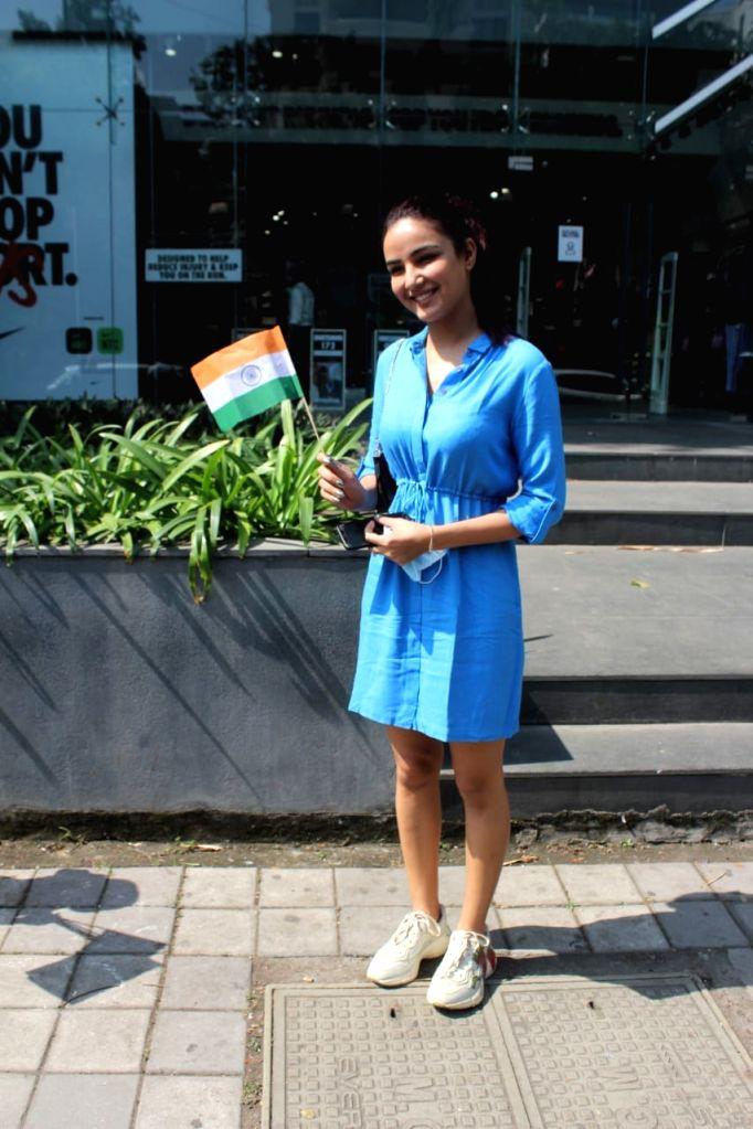Indian television actress Jasmin Bhasin Snapped At Nike Store in Bandra Jan 26, 2021. - Jasmin Bhasin Snapped A