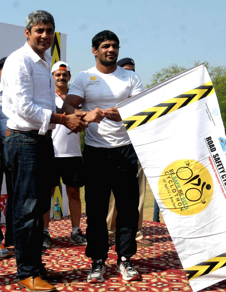 Indian wrestler Sushil Kumar with Former Indian cricketer Ajay Jadeja flagg-off a Cyclothon for road safety in New Delhi on April 20, 2014. - Sushil Kumar and Ajay Jadeja