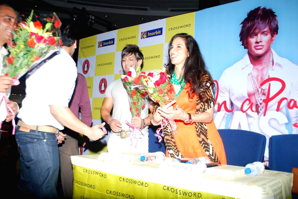 Industrialist Yash Birla with columnist Shobhaa De and Vishwaveer Singh during the industrialist Yash Birla`s on a Prayer Book Launch at Crosswords, Inorbit Mall in Mumbai on 22nd April 2014. - Vishwaveer Singh