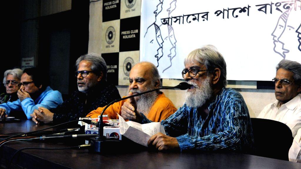 Intellectuals Pratul Mukherjee, Abul Basar, Subodh Sarkar, Subhaprasanna Bhattacharjee and Nrisingha Prasad Bhaduri during a talk on Assam National Register of Citizens (NCR) issue at Press ... - Pratul Mukherjee