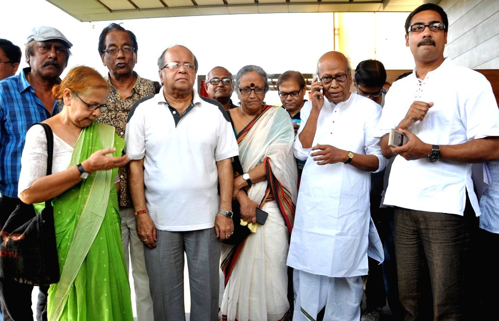 Intellectuals Sankha Ghosh, Koushik Sen, Miratun Nahar, Samir Aich, Retired Supreme Court Justice Ashok Ganguly after meeting Chief Election Commissioner of India Nasim Zaidi in Kolkata, on ... - Sankha Ghosh