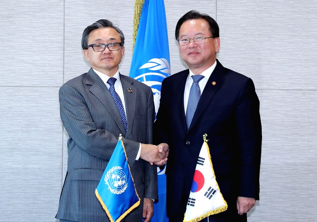 Interior Minister Kim Boo-kyum (R) meets Liu Zhenmin, U.N. undersecretary-general, in Incheon, west of Seoul, on Oct. 25, 2018, during a symposium on sustainable development goals for the ... - Kim Boo