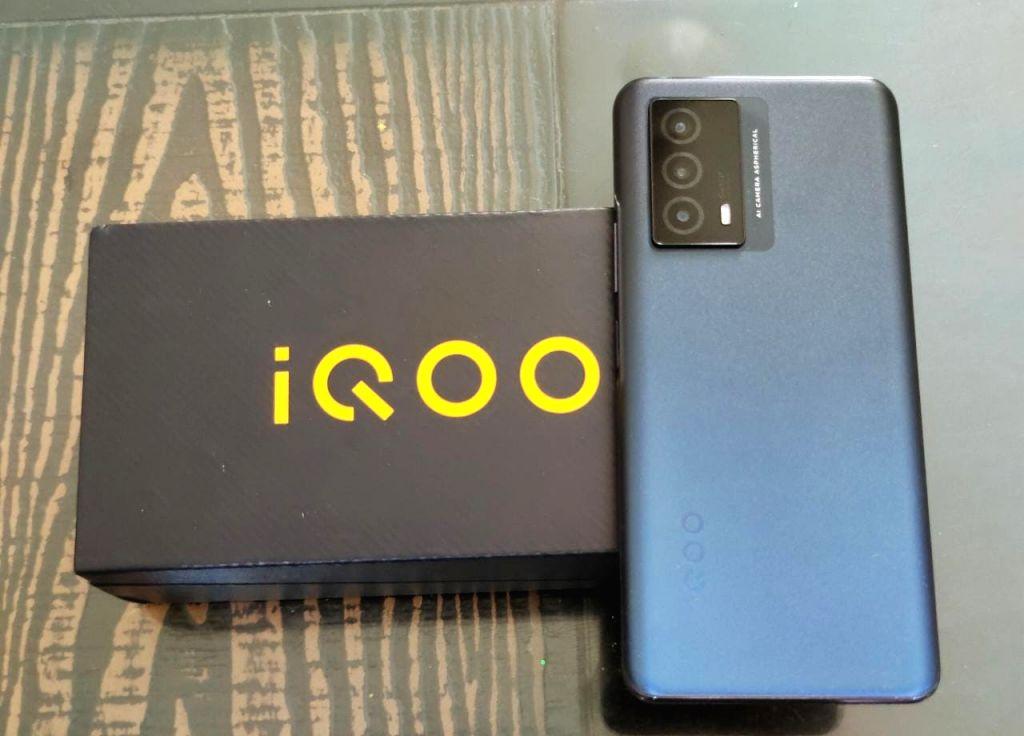 iQOO Z5 offers powerful camera, chip in mid-range segment.
