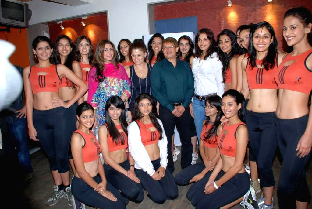 Isha Koppikar at the Talwalkars Gym with the contestants of Femina Miss India 2009.