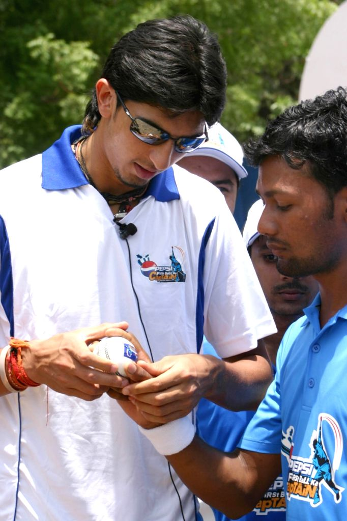 """Ishant Sharma with  Pepsi's """"First Ball ka Captain"""" winners at a  bowling training event in New Delhi on Wednesday 27 May 2009."""