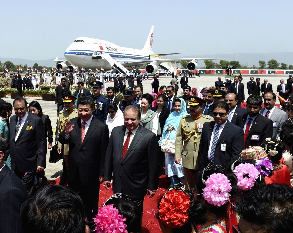 Chinese President Xi Jinping (2nd L, front) attends a welcoming ceremony held by Pakistani President Mamnoon Hussain and Prime Minister Nawaz Sharif in ... - Nawaz Sharif