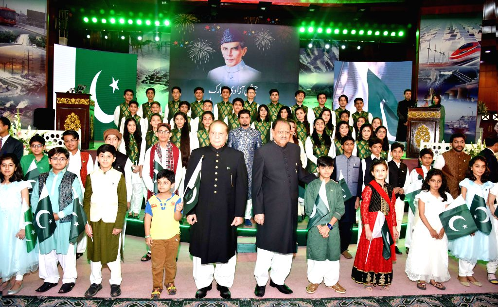 ISLAMABAD, Aug. 14, 2016 - Photo released by Pakistan's Press Information Department (PID) on Aug. 14, 2016 shows Pakistani President Mamnoon Hussain (5th R, front) and Prime Minister Muhammad Nawaz ... - Muhammad Nawaz Sharif