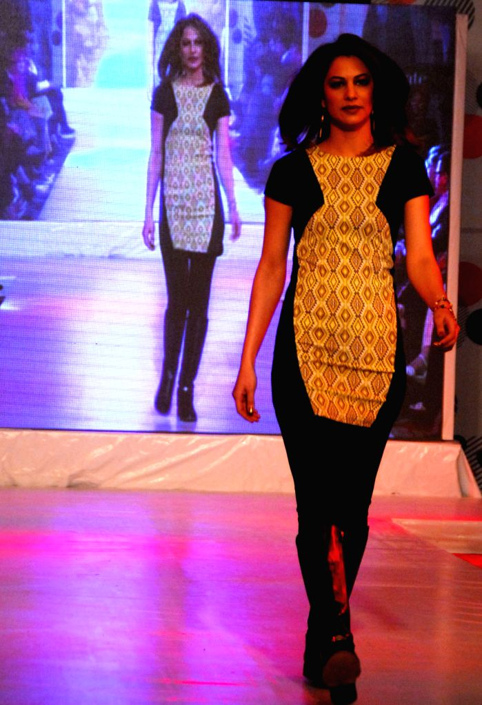 A model presents a creation by designer Fawaz Alhokair during a fashion show in Islamabad, capital of Pakistan on Jan. 11, 2015.