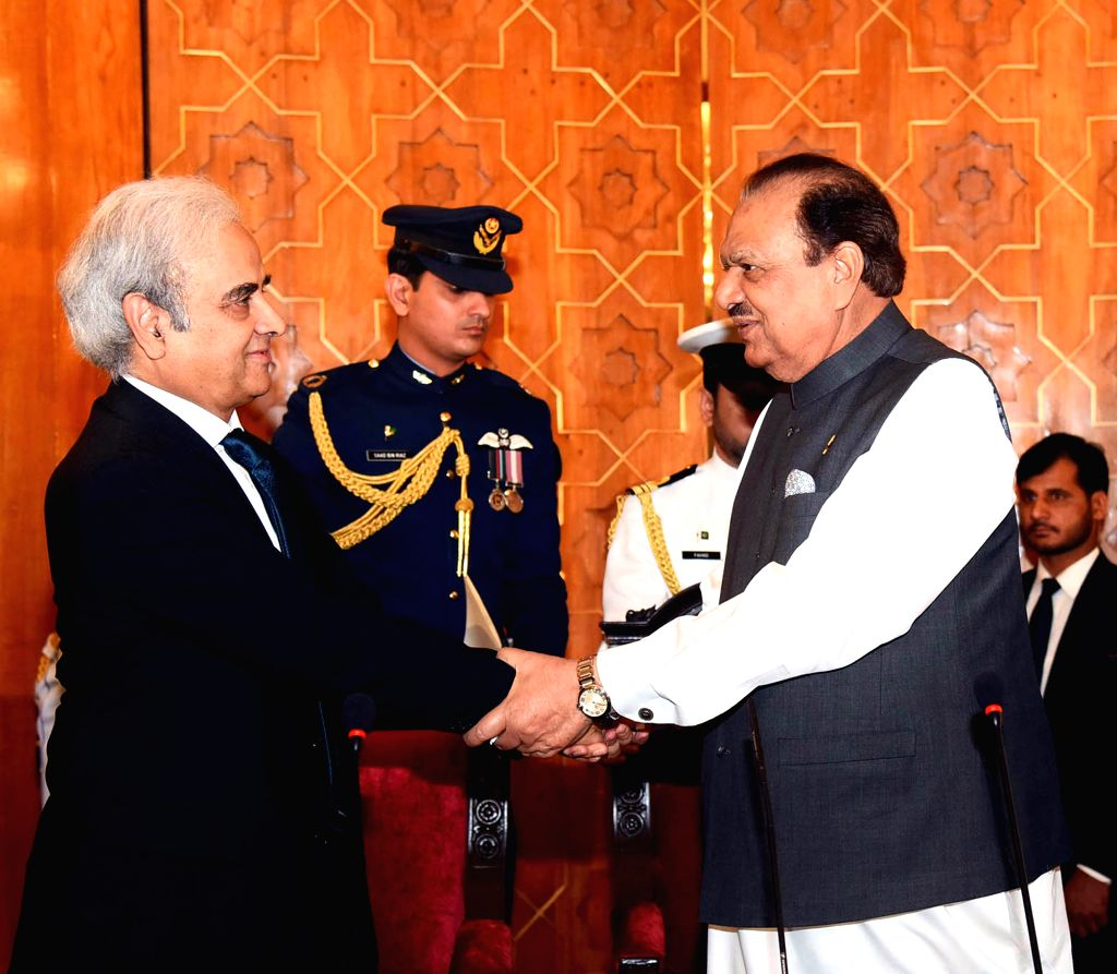 ISLAMABAD, June 1, 2018 - Photograph released by the Press Information Department (PID) on June 1, 2018 shows Pakistani President Mamnoon Hussain (R) shakes hand with  caretaker Prime Minister ... - Nasir