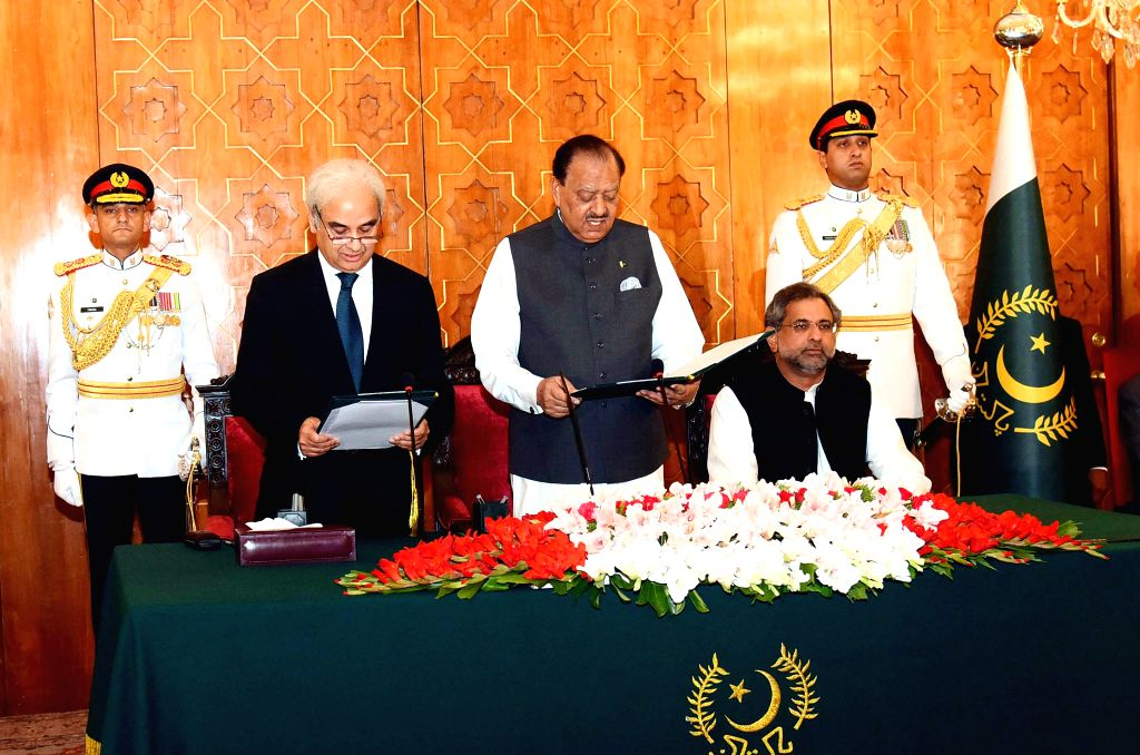 ISLAMABAD, June 1, 2018 - Photograph released by the Press Information Department (PID) on June 1, 2018 shows Pakistani President Mamnoon Hussain (C Front) administers the oath to Nasir-ul-Mulk (L ... - Nasir