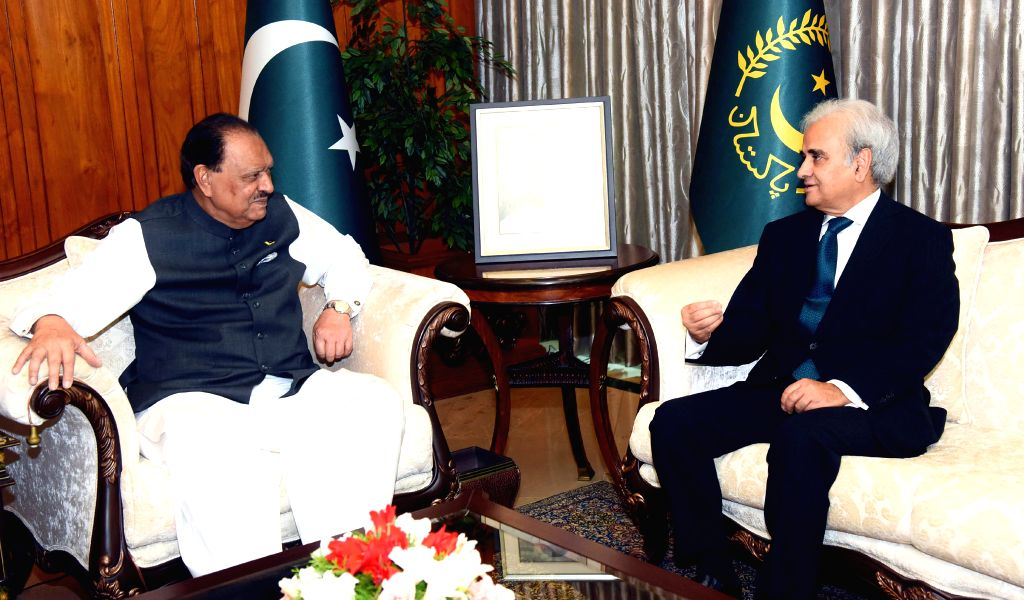 ISLAMABAD, June 1, 2018 - Photograph released by the Press Information Department (PID) on June 1, 2018 shows Pakistani President Mamnoon Hussain (L) meets with  caretaker Prime Minister ... - Nasir