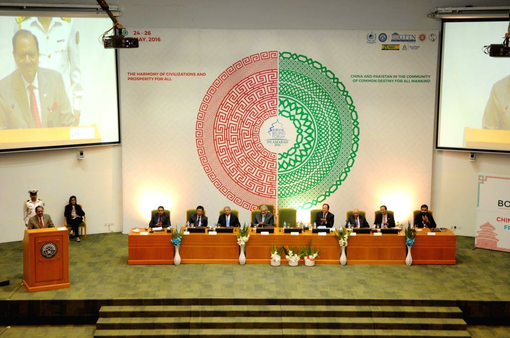 ISLAMABAD, May 25, 2016 - Pakistani President Mamnoon Hussain (L) addresses the opening session of the Beijing Forum-Islamabad 2016 at the National University of Sciences and Technology (NUST) in ...