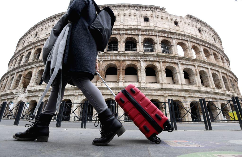 Italians applaud doctors from balconies amid lockdown