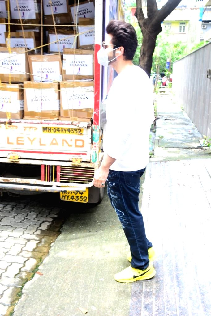 Jackie Bhagnani extends a helping hand to the families of the 600 dancers of the 'All India Film Television and Events Dancers Association'!.