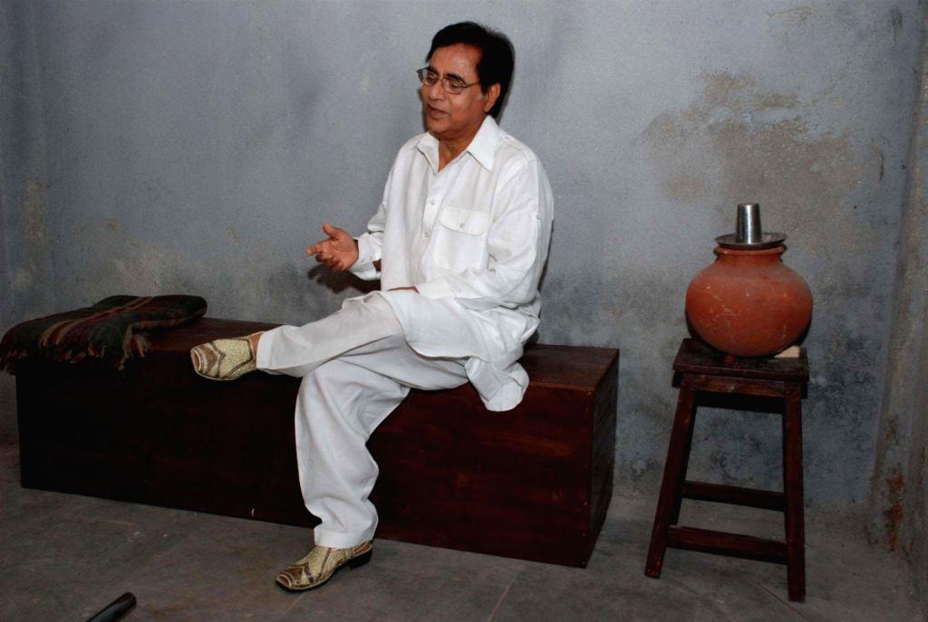 """Jagjit Singh in jail to shoot video of """"Hothon Se Chhu Lo Tum"""". - Jagjit Singh"""