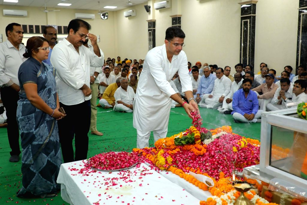 Jaipur: Rajasthan Deputy Chief Minister Sachin Pilot pays tributes to state BJP chief Madan Lal Saini at the party state headquarters, in Jaipur on June 25, 2019. Saini, who was admitted at the All India Institute of Medical Sciences in New Delhi las - Sachin Pilot