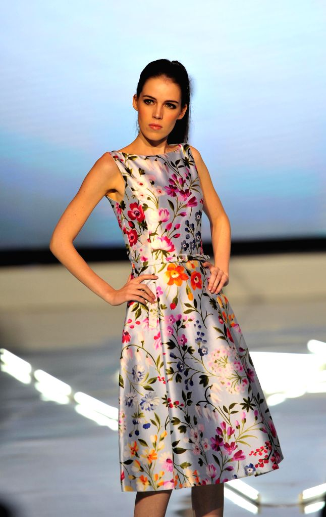 A model presents a creation of Oscar de la Renta during I Fashion Festival in Jakarta, Indonesia, Dec. 16, 2014. The I Fashion Festival is held from Dec.15 to 17.