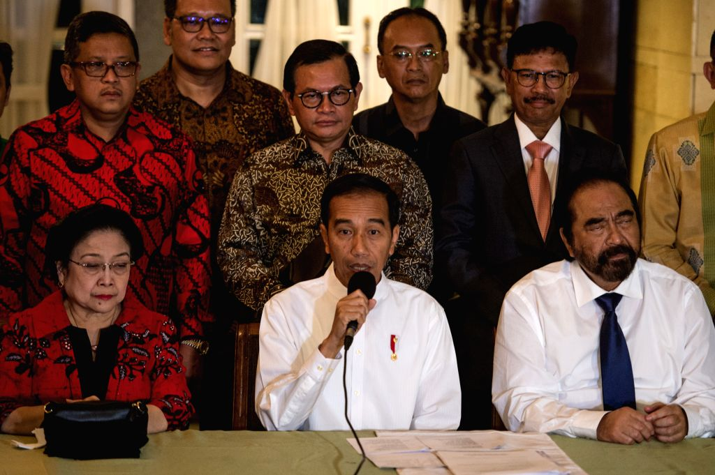 JAKARTA, Aug. 10, 2018 - Indonesian President Joko Widodo (C, front) attends a press conference in Jakarta, Indonesia, Aug. 9, 2018. Indonesian President Joko Widodo and his former rival in the 2014 ...