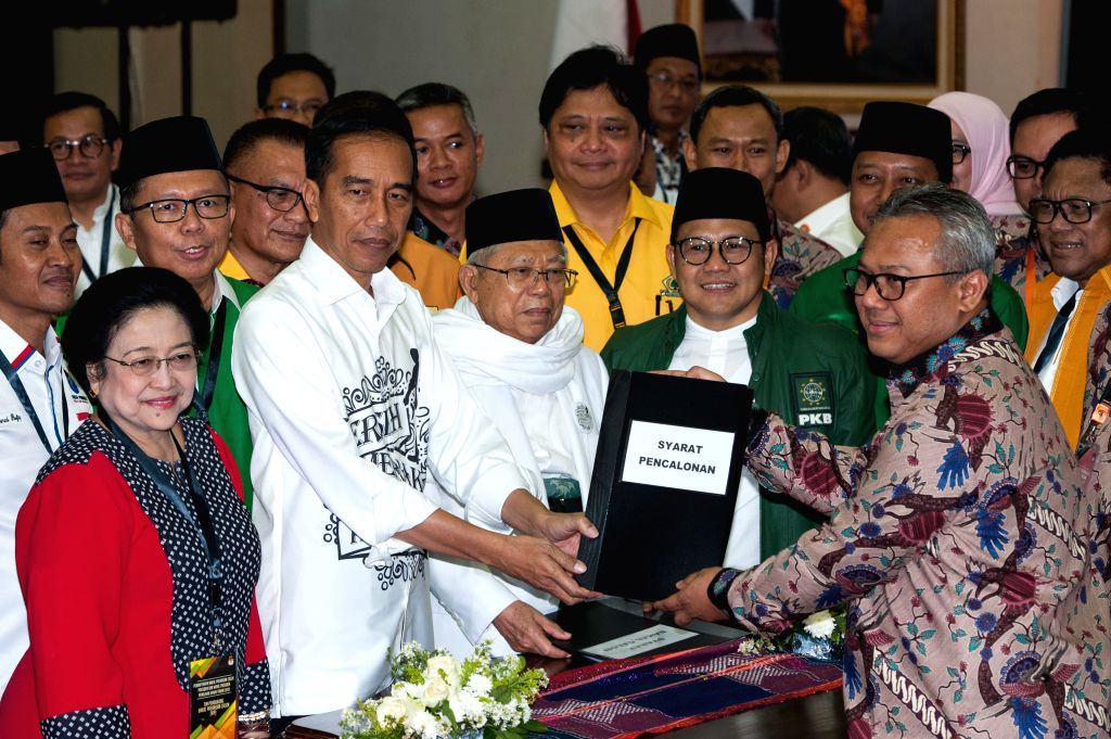 JAKARTA, Aug. 10, 2018 - Indonesian President Joko Widodo (2nd L, front) and his running mate, senior Islamic cleric Ma'ruf Amin (3rd L, front), submit documents in Jakarta, Indonesia, Aug. 10, 2018. ...
