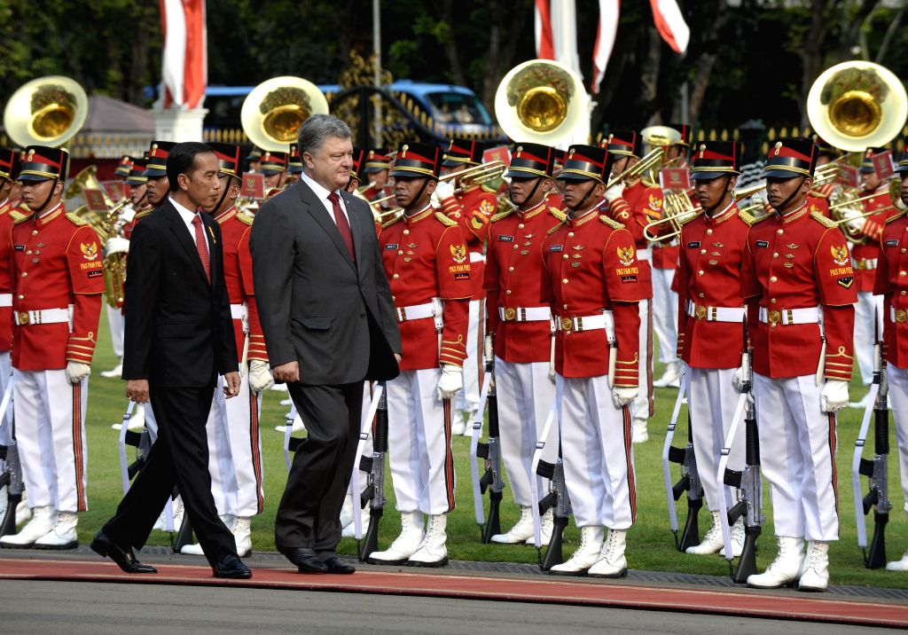 JAKARTA, Aug. 5, 2016 - Indonesian President Joko Widodo (L, front) and visiting Ukrainian President Petro Poroshenko inspect honor guards at the Presidential Palace in Jakarta, Indonesia, Aug. 5, ...