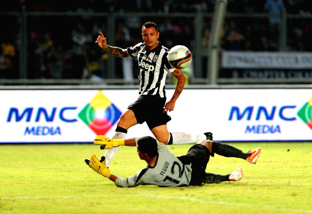 Juventus's Simone Pepe (upper) vies with Indonesia ISL All-Stars players during a friendly football match at Bung Karno stadium in Jakarta, Indonesia, Aug. 6, 2014. .