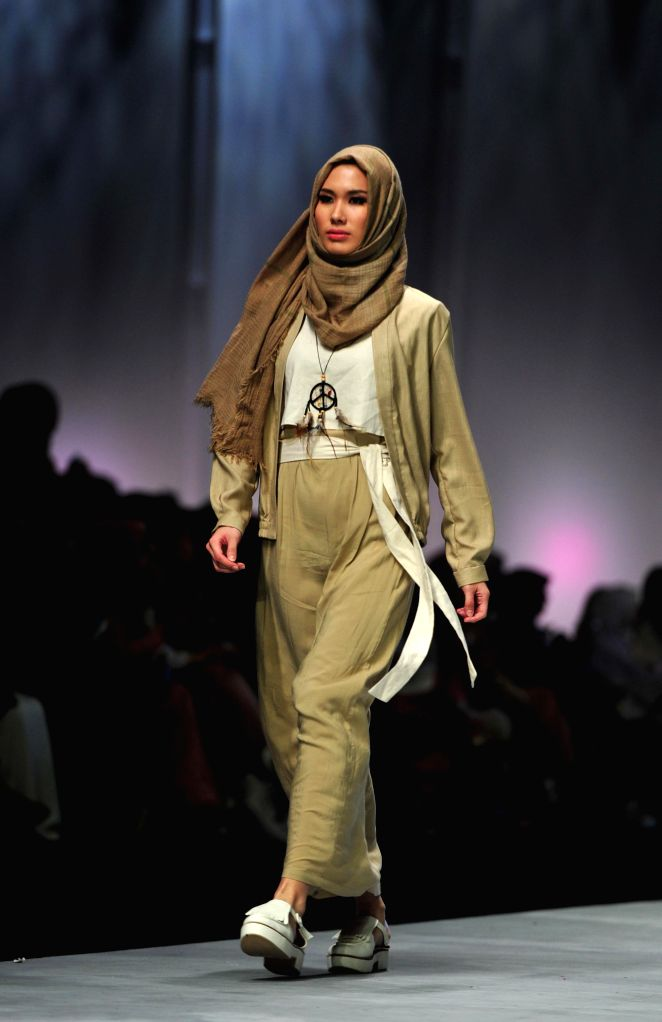A model presents a creation by Indonesian designer Jenahara during Indonesia Fashion Week 2015 in Jakarta, Indonesia, Feb. 27, 2015.