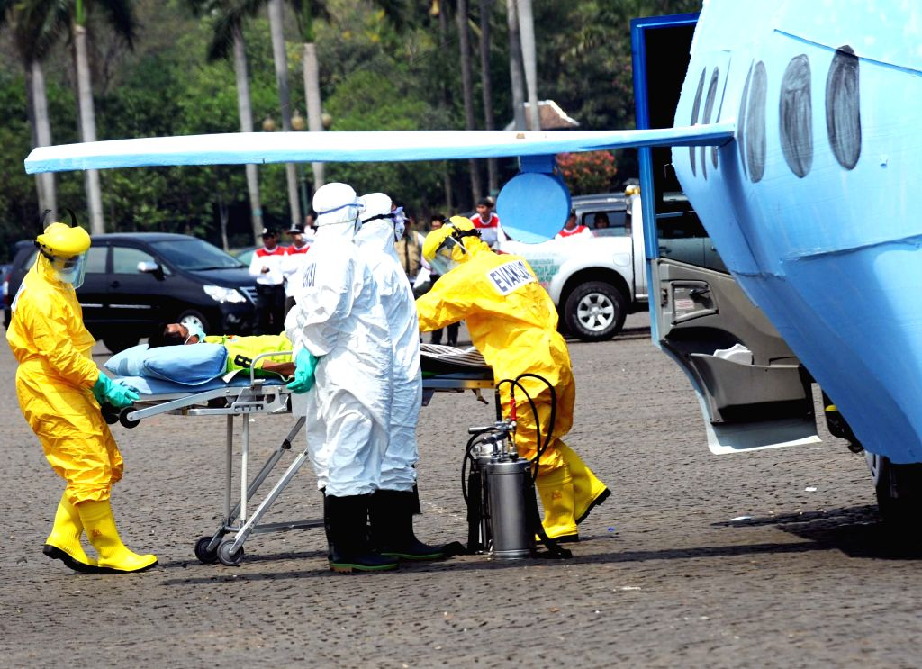 Jakarta (Indonesia): Medical workers from Indonesia's Health Departement conduct a simulation exercise on the Ebola prevention in Jakarta, Indonesia, on Nov. 12, 2014. The exercise aims to test the ..