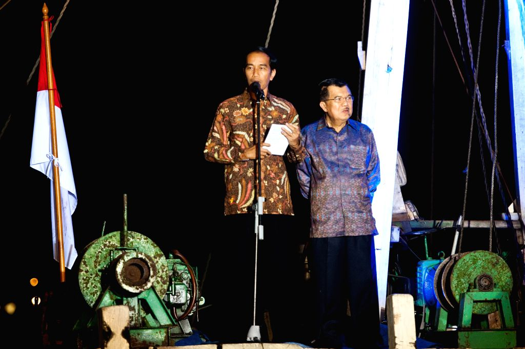 Indonesian presidential candidate Joko Widodo (L) delivers a speech with his running partner Jusuf Kalla at Sunda Kelapa Port in Jakarta, capital of Indonesia, July