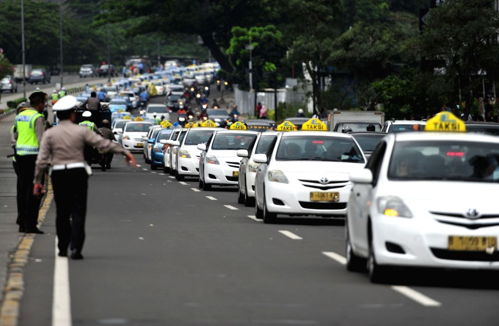 JAKARTA, March 22, 2016 (Xinhua) -- Taxi drivers take part in a protest at a main street in Jakarta, Indonesia, March 22, 2016. Thousands of taxi drivers on Tuesday morning took to the main streets of Indonesian capital rallying in a massive demonstr