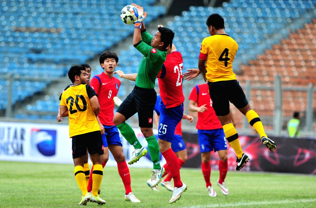 Brunei Darussalam's goalkeeper Ahsanuddin (C) catches the ball during the qualification match of Group H against South Korea at the AFC U-23 Championship 2016 at ...