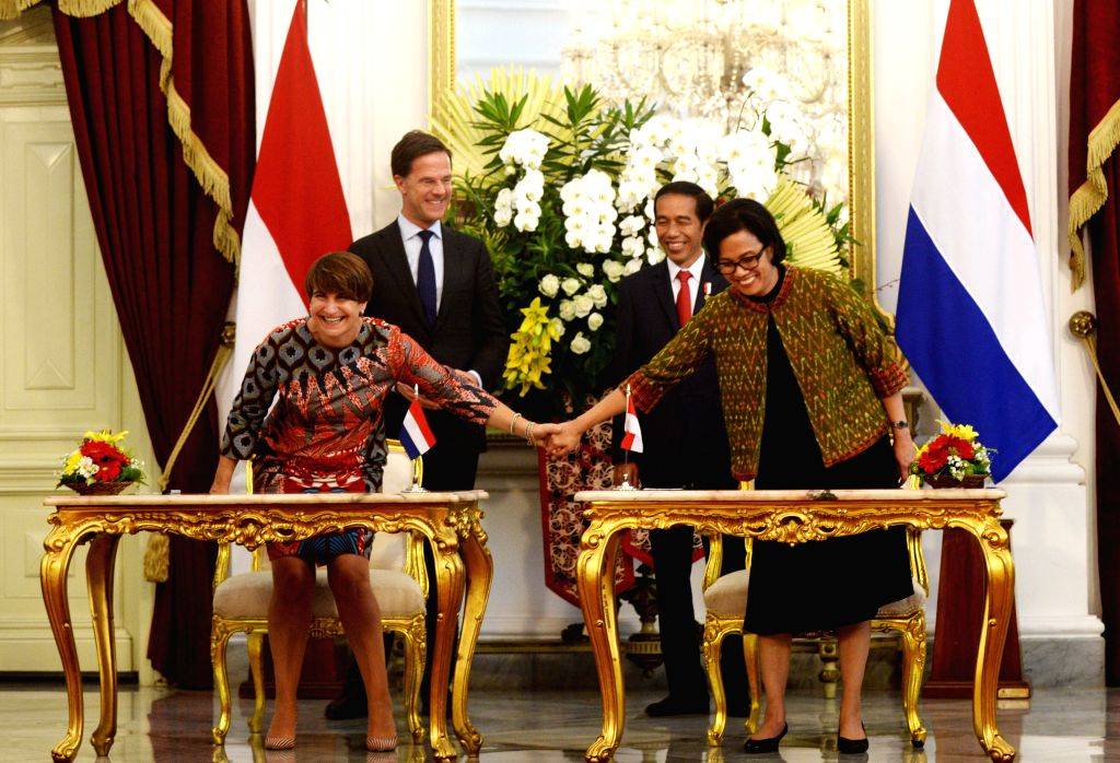 JAKARTA, Nov. 23, 2016 - Indonesian Finance Minister Sri Mulyani (R, front) holds hands with Dutch Minister for Foreign Trade and Development Cooperation Lilianne Ploumen before signing letters of ... - Sri Mulyani