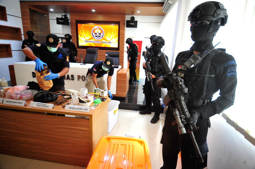 JAKARTA, Nov. 25, 2016 - Indonesian policemen arrange chemical substances for making explosives seized from suspected terrorist Rio Priatna Wibawa during a press conference of the seized suspected ...