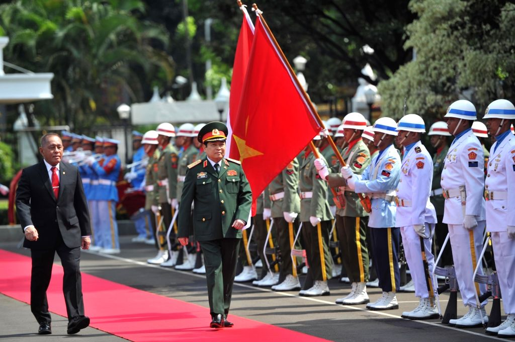 JAKARTA, Oct. 13, 2017 - Indonesian Defense Minister Ryamizard Ryacudu (1st L, front) and Vietnamese Minister of Defense Ngo Xuan Lich (2nd L, front) review honor guards before their meeting in ... - Ryamizard Ryacudu